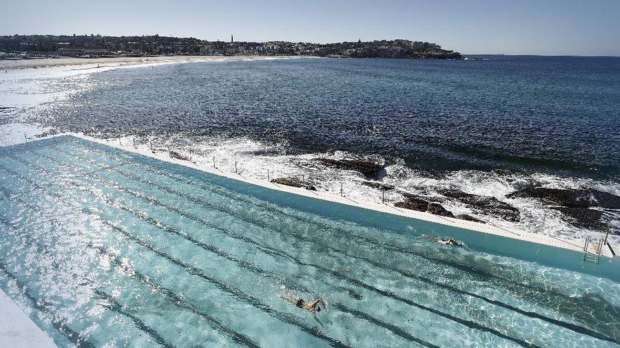 Kolam renang Bondi Iceberg di Sydney, Australia, sudah dibuka kembali sejak Senin (15/6). Kolam paling ikonik di dunia itu mulai dikunjungi para pelancong.