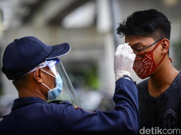 Setelah dibuka kembali untuk umum, sejumlah protokol kesehatan diterapkan guna mencegah penyebaran COVID-19, mulai dari pemeriksaan suhu tubuh sebelum masuk kawasan M Bloc Space hingga mengenakan masker.