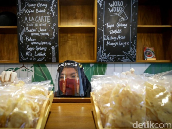 Sejumlah protokol kesehatan tersebut tak hanya diterapkan bagi para pengunjung, para pegawai yang bekerja di toko-toko yang berada di area M Bloc Space juga diwajibkan untuk mengenakan masker maupun face shield atau pelindung wajah saat bekerja.