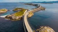 Atlanterhavsvegen tersambung melalui pulau-pulau kecil dengan 8 buah jembatan (Getty Images/iStockphoto)