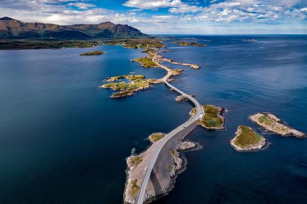 Atlanterhavsvegen memiliki panjang 8,3 km dari Desa Karvag di Veroy sampai Viyang di Eida, Norwegia. (Getty Images/iStockphoto)