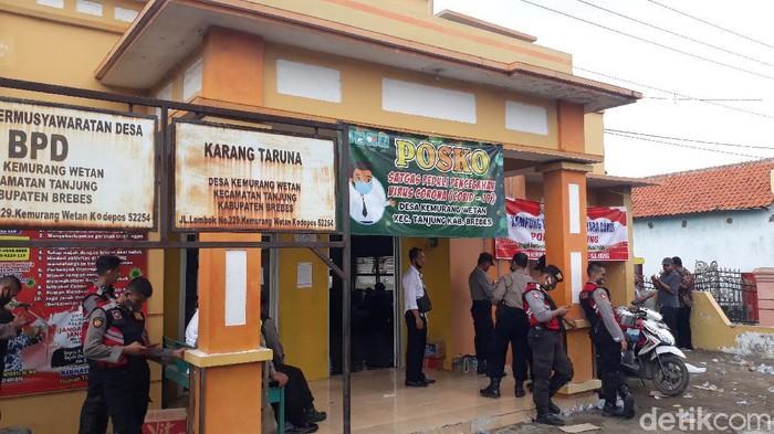 Balai Desa Kemurang Wetan, Kecamatan Tanjung, Kabupaten Brebes dijaga polisi, Selasa (16/6/2020).