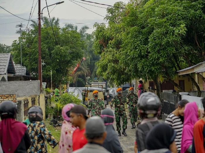 Bangkai pesawat tempur jenis Hawk 200 yang jatuh di Kabupaten Kampar, Riau, dievakuasi. Evakuasi itu dilakukan oleh personel TNI AU Lanud Roesmin Nurjadin.