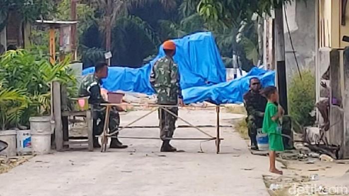 Pesawat tempur TNI AU jenis Hawk 200 TT 0209 yang jatuh di Kampar, Riau, belum dievakuasi. Saat ini bangkai pesawat itu masih ditutup terpal biru.