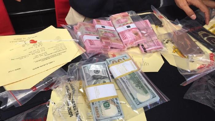 Barang Bukti Kasus Russ Medlin Digelar: USD 20.000, Rp 60 Juta dan 7 HP