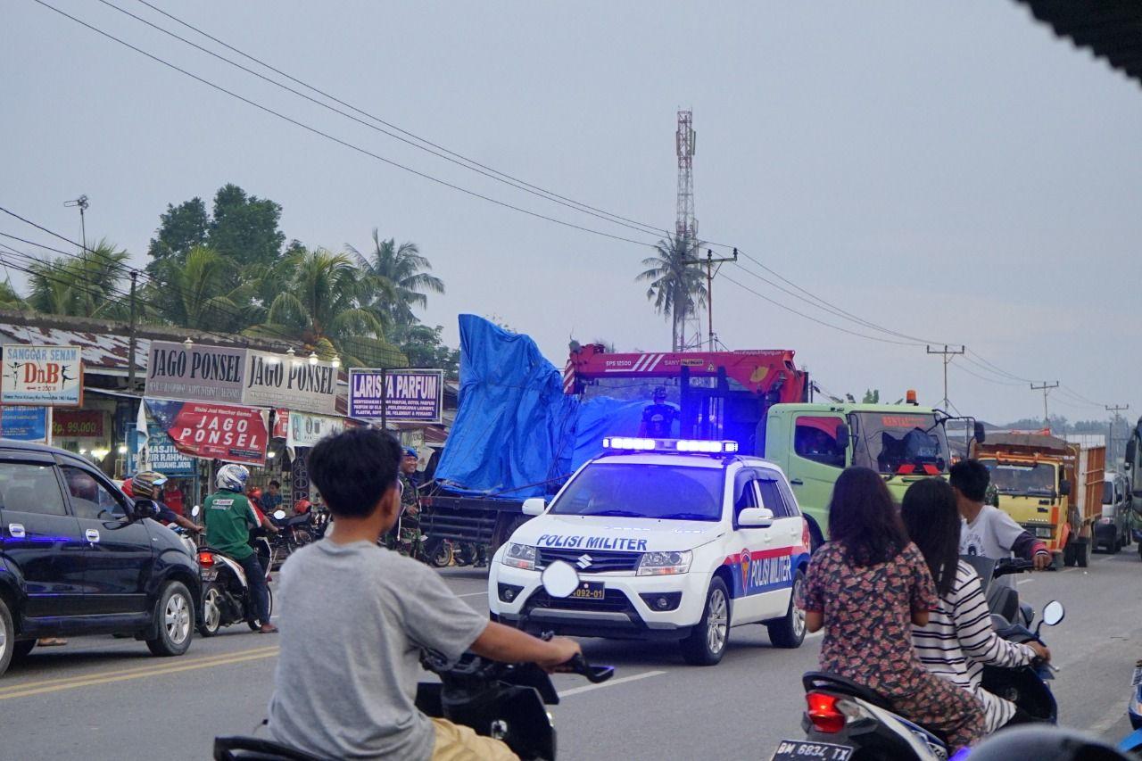 Bodi jet tempur Hawk 209 milik TNI AU dievakuasi dari lokasi jatuh