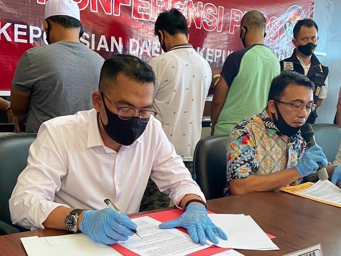 Dirreskrimum Polda Kepri Kombes Arie Dharmanto (kemeja putih) saat konferensi pers.