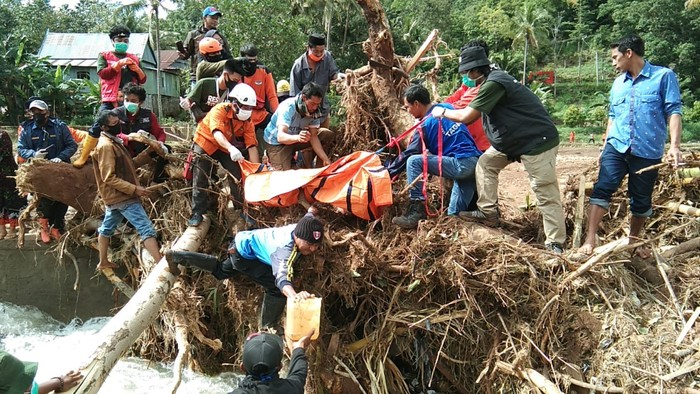 Evakuasi Korban Banjir Bandang-Longsor di Jeneponto