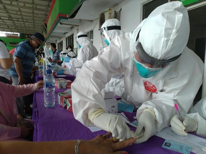 ilustrasi rapid test, ilustrasi virus corona, ilustrasi tes corona, tes masif di Pasar Cileungsi, pedagang pasar cileungsi