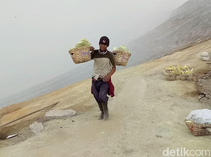 Akhir bulan lalu terjadi fenomena alam seperti tsunami di Danau Kawah Ijen, sehingga aktivitas penambangan belerang ditutup. Kini para penambang meminta penambangan tersebut segera dibuka kembali.