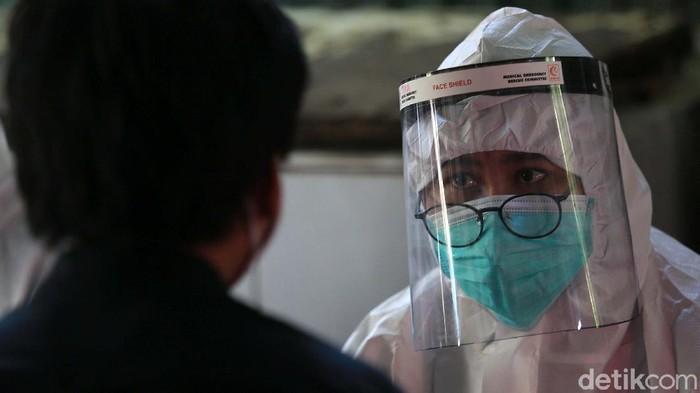 Puskesmas Kecamatan Gambir aktif melakukan tes swab mencari orang tanpa gejala yang terinfeksi COVID-19. Mereka menyasar petugas PPSU dan para pedagang pasar.