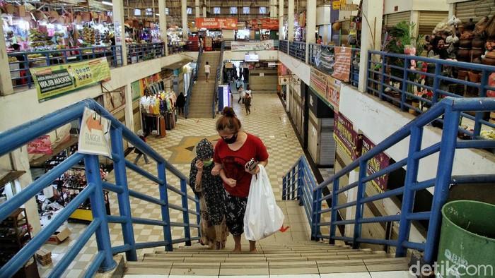 Pemprov DKI Jakarta menerapkan aturan ganjil-genap bagi pedagang pasar. Aturan tersebut sudah diterapkan di Pasar Koja Baru, Jakarta Utara, Selasa (16/6/2020). Begini suasananya.