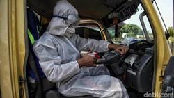 Petugas terus bekerja keras mengangkut dan mengolah limbah medis di tengah pandemi COVID-19. Hal itu dilakukan untuk mengantisipasi pencemaran lingkungan.