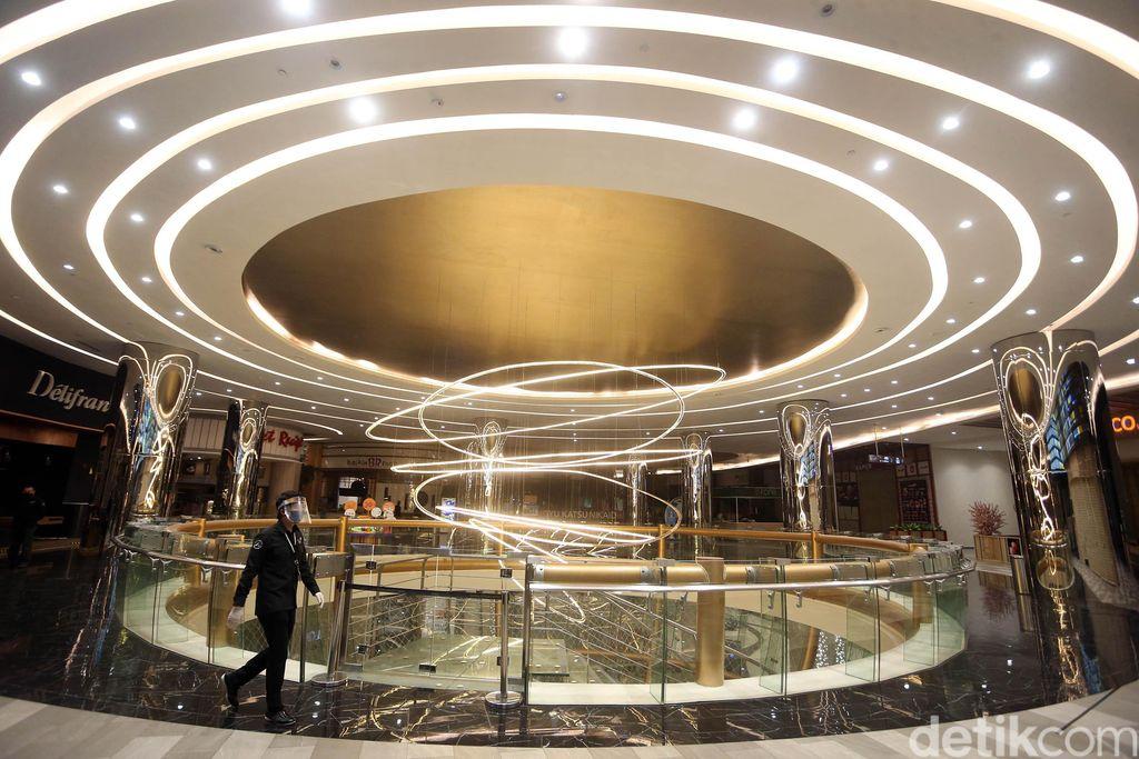 Pusat perbelanjaan di Trans Studio Mall Cibubur, Depok, Jawa Barat akan dibuka pada Kamis (18/6) mendatang. Jelang dibuka, pekerja tenant tampak bersih-bersih.