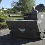 Kreatif, Mesin Pemotong Rumput Ini Disulap Jadi Tank