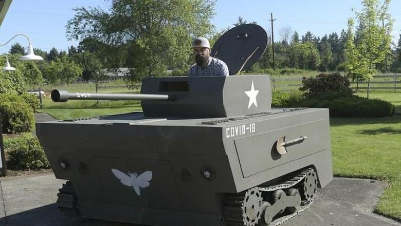 Mesin pemotong rumput dimodifikasi jadi tank