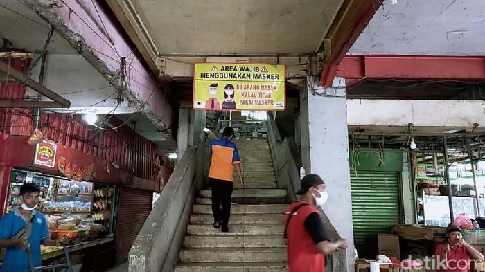 Pemkot Surabaya melalui PD Pasar Surabaya mulai menerapkan protokol kesehatan di pasar tradisional menuju normal baru. Salah satunya di  Pasar Genteng Baru.