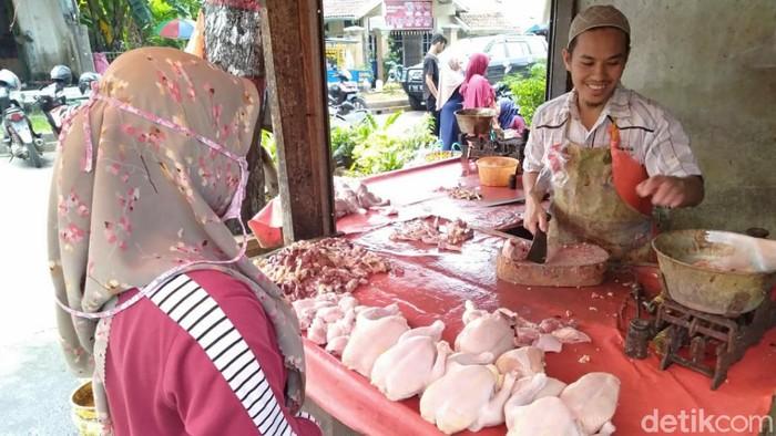 Pedagang daging ayam potong di Pasar Induk Cianjur