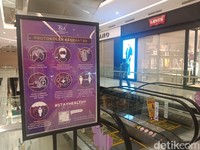 Di dalam mal dipasangi poster untuk mengingatkan pengunjung agar tetap menjaga kebersihan dan keamanan selama berada di dalam mal.