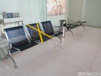 Di bagian luar mal juga disediakan kursi tunggu untuk pengunjung yang telah dibatasi jaraknya.