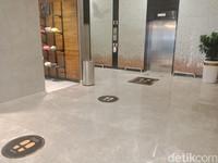 Aturan jaga jarak juga berlaku pada antrean lift.