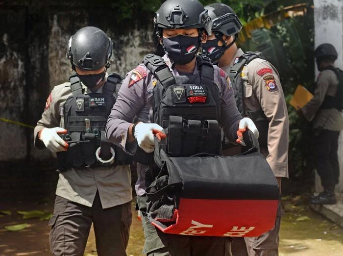 Tim JIBOM Brimob Polda Banten amankan mortir aktif di kawasan Serang, Banten. Mortir itu diperkirakan jenis mortir peninggalan perang kemerdekaan.