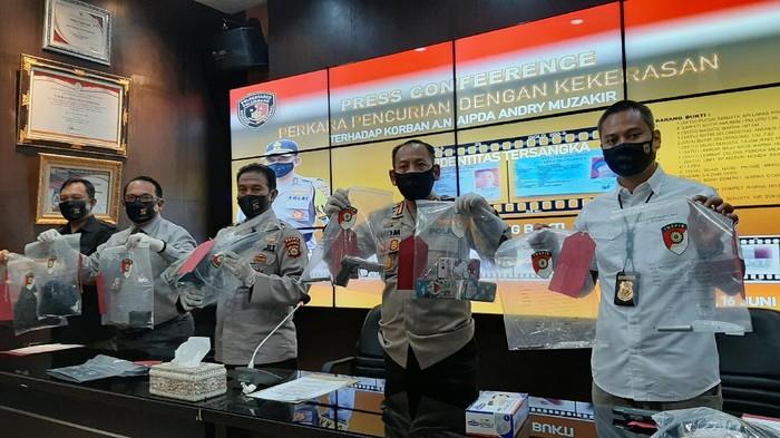 Polisi saat menunjukkan barang bukti penusukan-perampasan senjata polisi di Palembang (Foto: Raja Adil/detikcom)