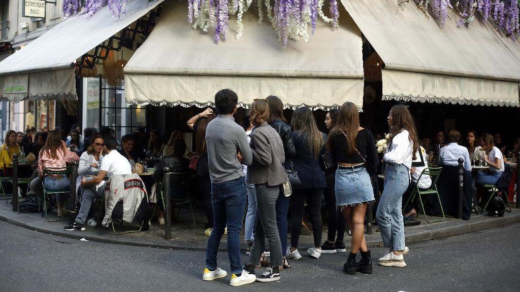 Potret Warga Paris Bisa Nongkrong Lagi di Cafe