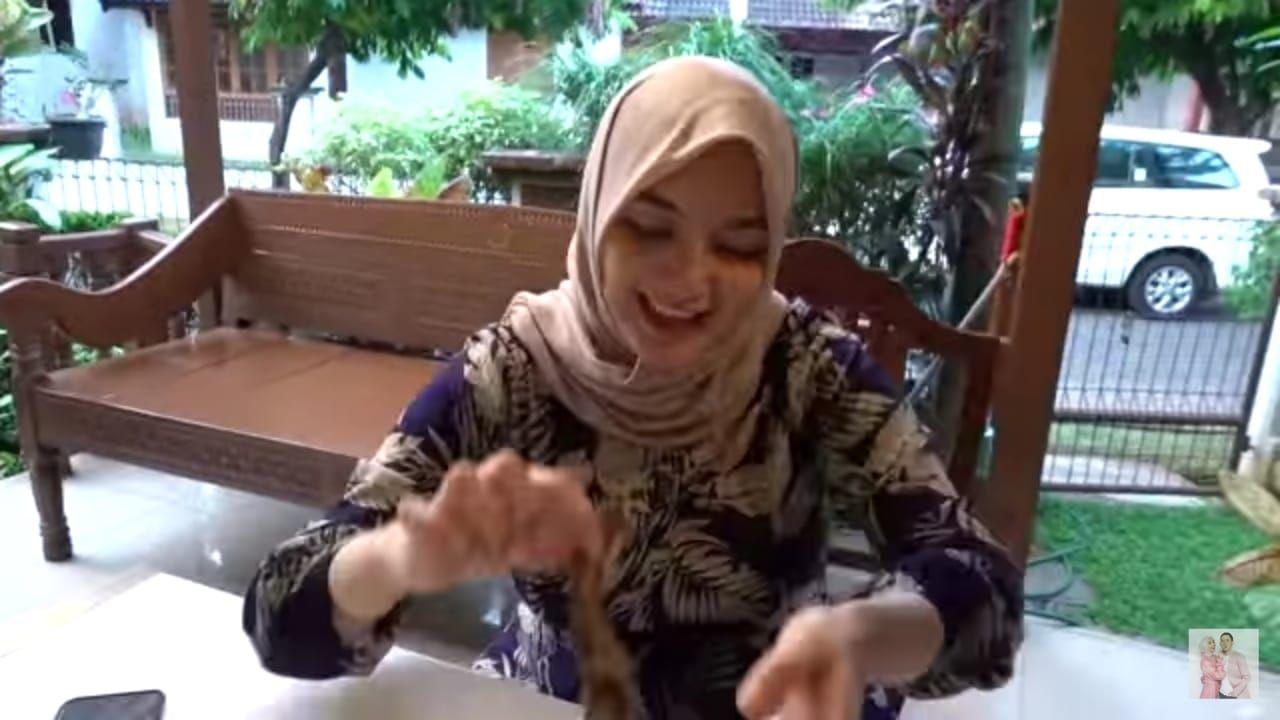 Reaksi Citra Kirana coba pecel lele pertama kali