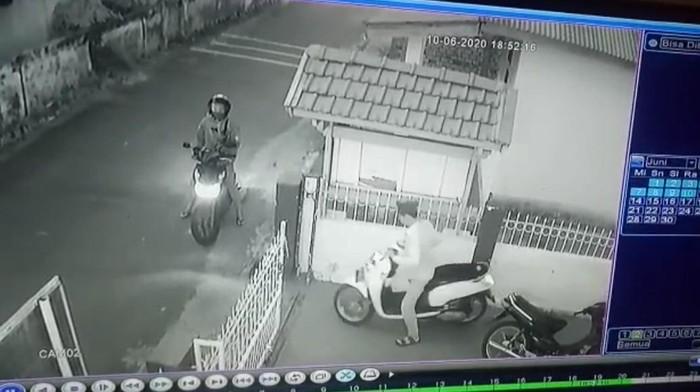 Rekaman CCTV pencurian motor di Jambi (dok. Istimewa)