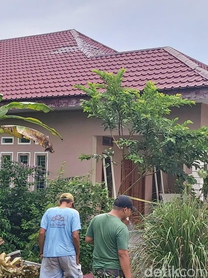 Rumah tertimpa pesawat jatuh di Kampar  (Chaidir/detikcom)