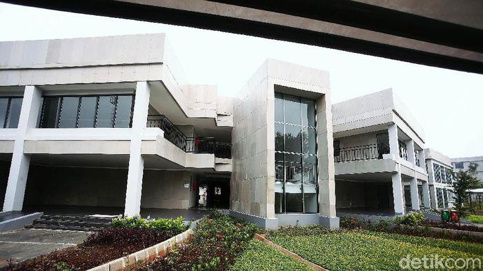 Sekolah Khusus Olahragawan (SKO) Ragunan meliburkan siswanya karena pandemi virus Corona (COVID-19). Sekolah untuk pelajar atlet binaan DKI Jakarta itu pun sepi.