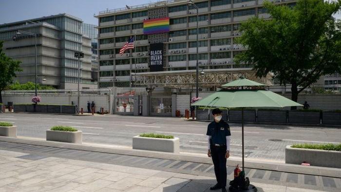 Spanduk Black Lives Matter dan LGBTQ sebelum diturunkan oleh Kedubes AS di Korea Selatan (AFP Photo)