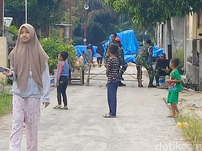 Pesawat tempur TNI AU jenis Hawk 200 TT 0209 jatuh di wilayah Kampar, Riau. Bangkai pesawat itu masih teronggok di tempatnya jatuh, ditutup terpal biru.