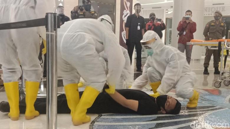 Trans Studio Mall Cibubur simulasi penanganan pasien COVID-19, Selasa (16/6/2020).