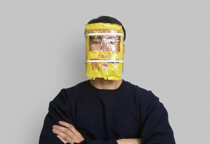 Alat pelindung wajah terbuat dari daur ulang sampah plastik