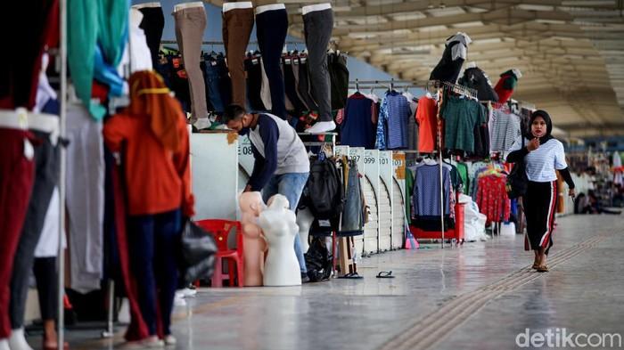 Di hari ketiga dibukanya Pasar Tanah Abang di masa PSBB transisi. Para pedagang pun tampak mulai kembali membuka lapaknya.