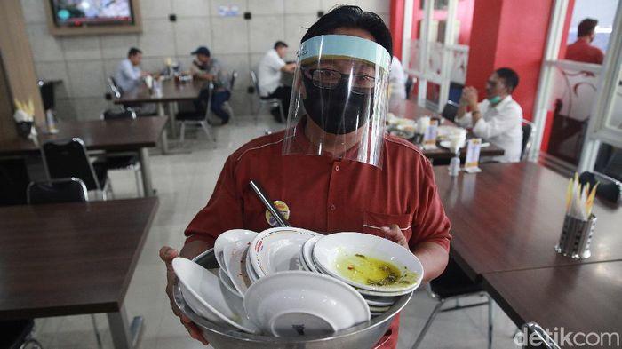 Sejumlah restoran dan rumah makan  membuka layanan makan di tempat dengan protokol kesehatan ketat setelah penerapan PSBB transisi.