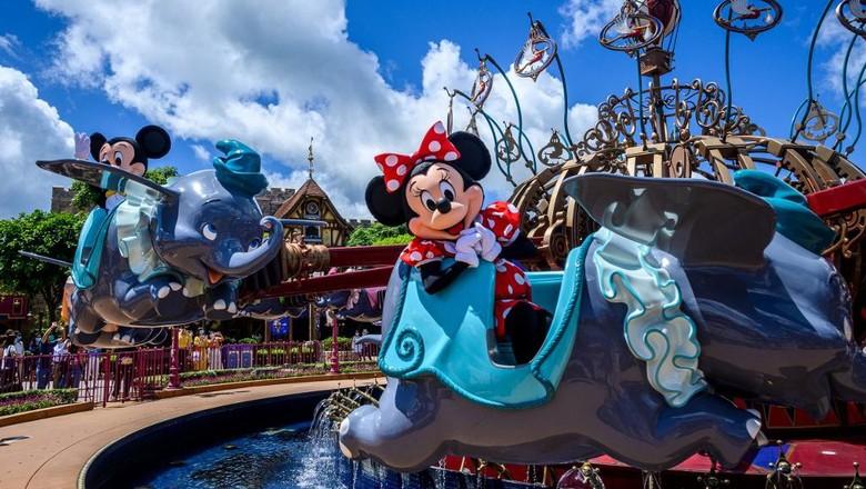 Karakter Minnie Mouse (kanan) and Mickey Mouse (kiri) gladi bersih menjelang pembukaan Disneyland Hong Kong pada Rabu (17/6/2020), sehari sebelum dibuka setelah lim abulan tutup untuk mencegah penularan virus Corona (Anthony WALLACE / AFP)