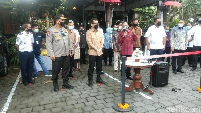 Gubernur Bali I Wayan Koster di Restoran Bebek Tepi Sawah