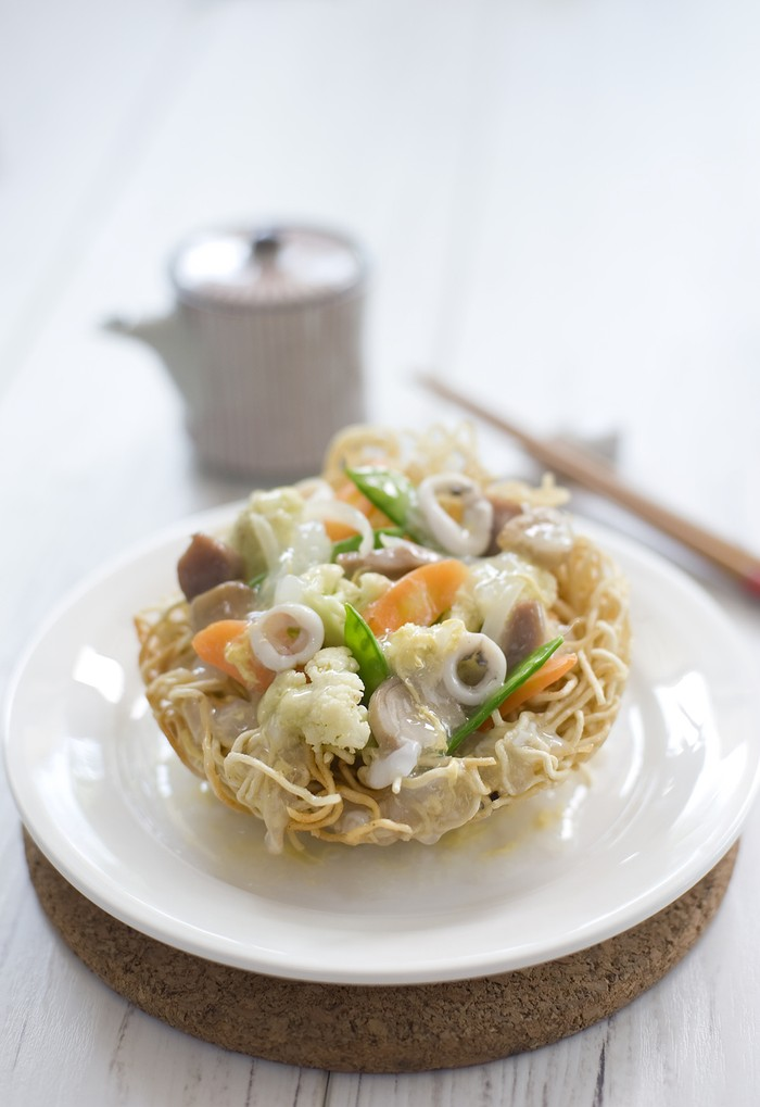 I Fu Mie a type of dried noodle served with thick gravy and sliced chicken, shrimp, mushrooms, liver, and squid.