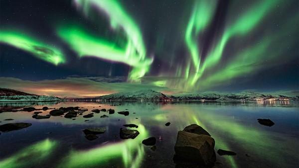 Ketika sang fotografer mulai menjelajahi malam, ia melihat langit malam sebagai benda statis. Gambar ini ditangkap di dekat Harstad di Kepulauan Lofoten, Norwegia, hanya satu jam setelah mendarat di kepulauan Arktik saat badai geomagnetik menghantam atmosfer.
