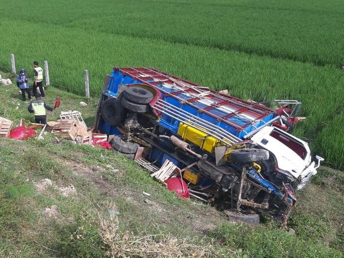 Truk yang mengangkut cabai menabrak truk yang memuat sembako di Tol Ngawi. Kecelakaan ini menewaskan satu orang dan dua lainnya luka-luka.