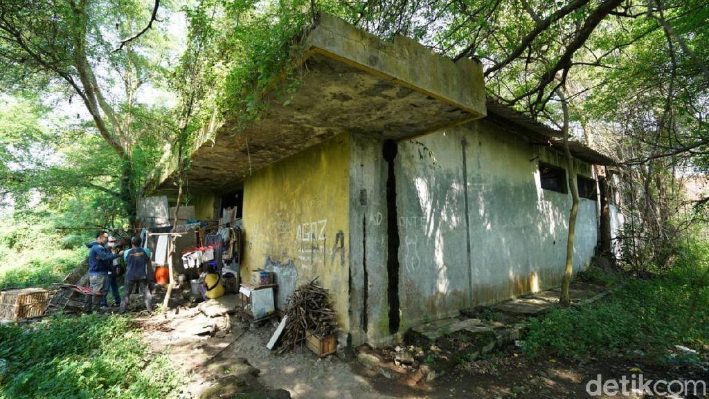 Keluarga di Solo Ini Tinggal di Eks Gudang Es Angker, Lampunya Tenaga Aki