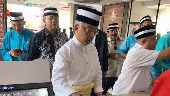 Kesederhanaan Raja Malaysia saat kuliineran