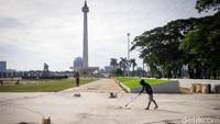 Anies meminta pengerjaan proyek revitalisasi itu bisa rampung sebelum HUT DKI. Sejumlah pekerja tampak menyelesaikan pengerjaan proyek revitalisasi Monumen Nasional (Monas), Jakarta, Rabu (17/6/2020).