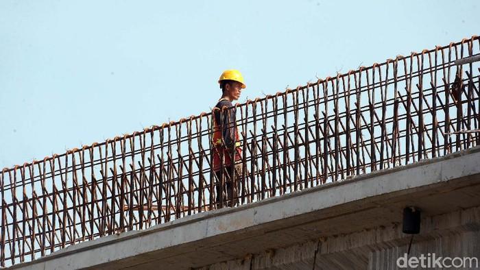 Di tengah pandemi Covid-19, sejumlah pekerja proyek Tol Becakayu tidak mengikuti protap kesehatan. Bekerja bekerja tanpa memakai masker.