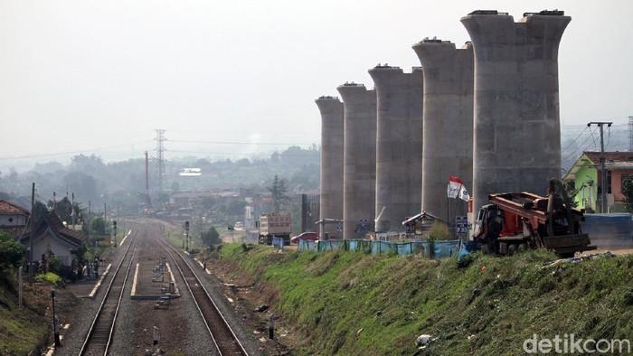 Proyek pembangunan kereta cepat Jakarta-Bandung terus dikebut. Pembangunannya pun tetap berlangsung meski di tengah pandemi COVID-19.
