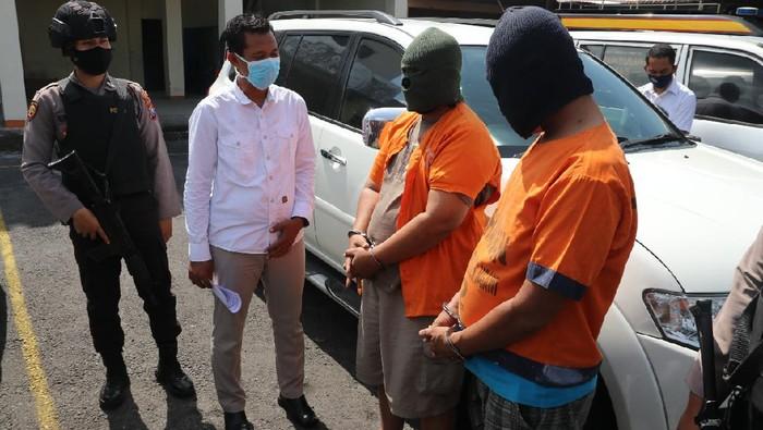 Polisi meringkus dua pembobol rekening bank di Ngawi. Kedua pelaku melakukan skimming dengan sasaran pemilik toko, yang memiliki layanan mesin ATM mini atau EDC.