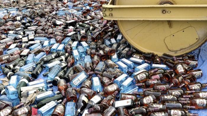 Petugas bersiap memusnahkan barang bukti minuman keras ilegal di Dermaga Ditpolairud Polda Kepulauan Bangka Belitung, Air Anyir, Kabupaten Bangka, Kepulauan Bangka Belitung, Rabu (17/6/2020). Ditpolairud Polda Kepulauan Bangka Belitung memusnahkan 9.600 botol minuman keras ilegal yang diselundupan dari Singapura pada Februari 2020. ANTARA FOTO/Anindira Kintara/Lmo/aww.